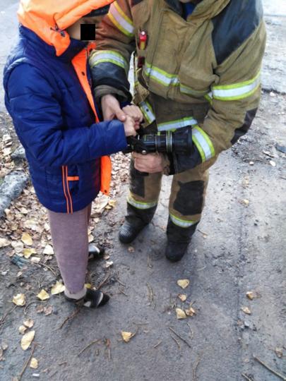 """К мальчику приехали ростовские пожарные. Фото 61.mchs.gov.ru, """"Metro"""""""