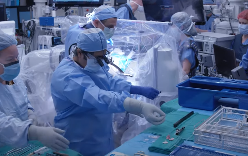Операция по внедрению импланта длилась 7 часов. Фото скриншот https://www.youtube.com/watch?v=lXydppQe_ig, Скриншот Youtube
