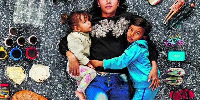 Арианна с двумя детьми.