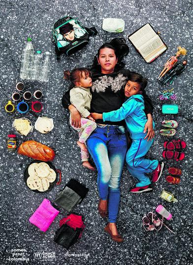 Арианна с двумя детьми. Фото Gregg Segal