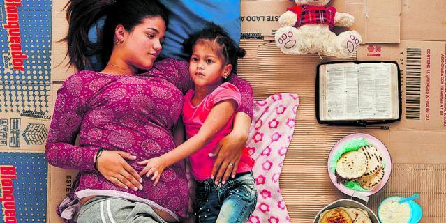 Йосайя уехала из Венесуэлы с дочерьми и на позднем сроке беременности.
