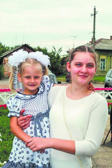 Варя (4 года) и Катя (12 лет). Фото предоставлено родителями
