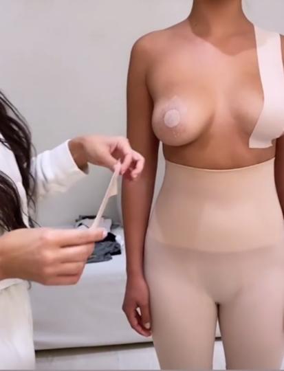 Ким Кардашьян продемонстрировала новый продукт своего бренда SKIMS. Фото скриншот @kimkardashian
