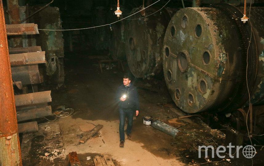 Репортёр Metro посреди барабанов-гигантов. Фото Василий Кузьмичёнок