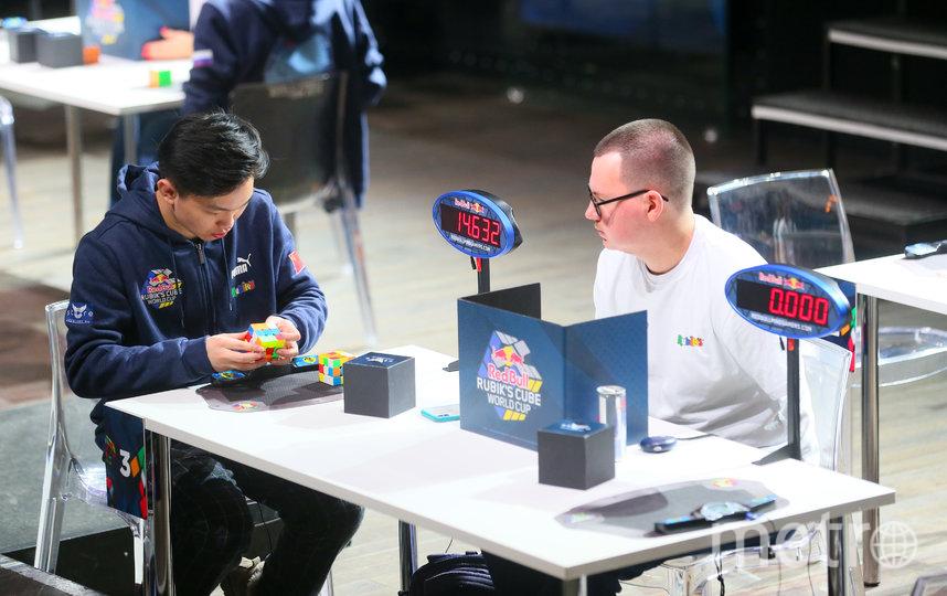 Участников всеми силами стараются не отвлекать от сборки кубика. Фото Василий Кузьмичёнок