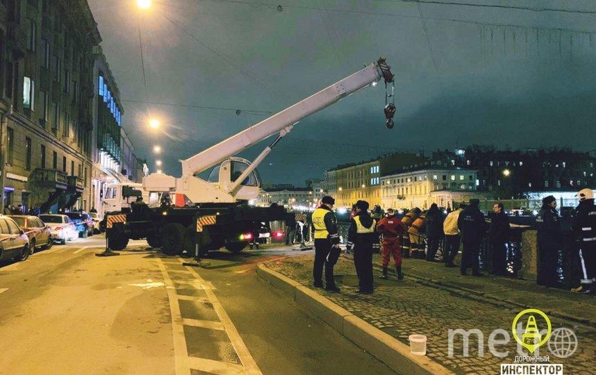 """Машину достали из воды краном. Фото https://vk.com/dorinspb, """"Metro"""""""