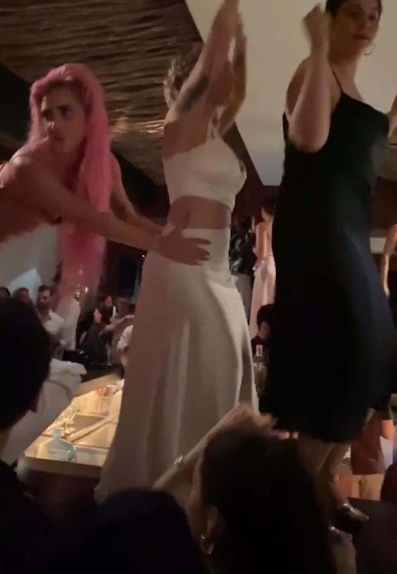 Вечер закончился танцами на столе. Фото скриншот @ladygaga