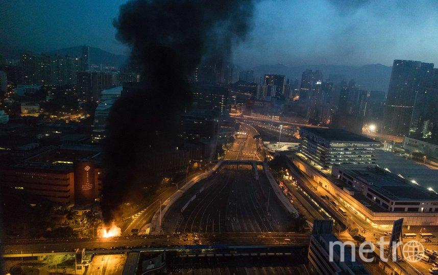 Полиция Гонконга пытается взять штурмом Гонконгский политехнический университет. Фото AFP