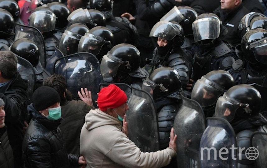 Сотрудники грузинского спецназа разгоняют акцию оппозиционеров у здания парламента Грузии. Фото РИА Новости