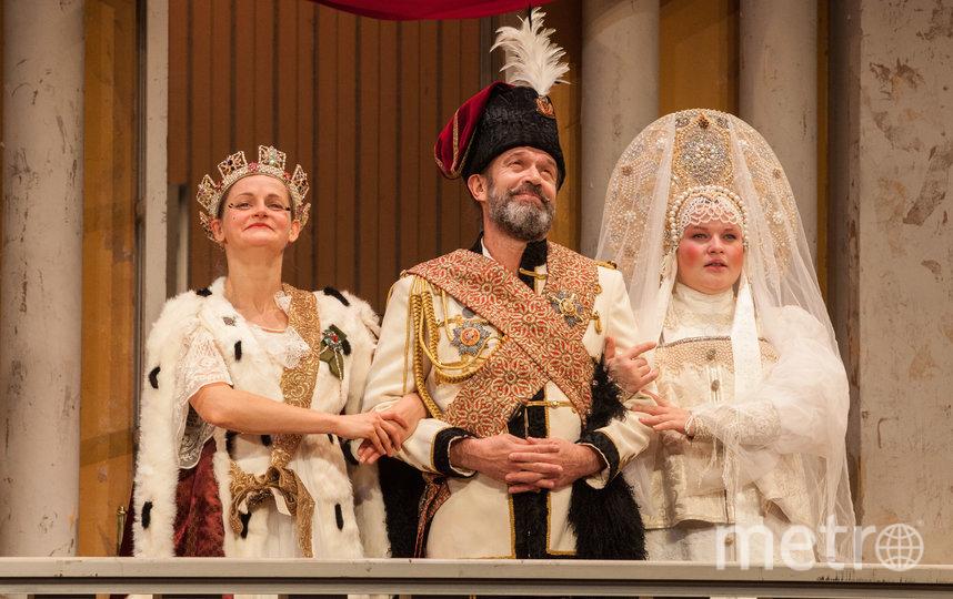 Городничий (Владимир Машков) с женой (Яна Сексте) и дочкой (Наталия Качалова). Фото Ксения Бубенец