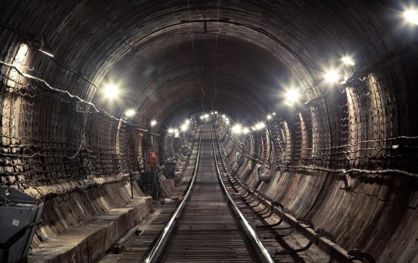 """В петербургском метро объяснили, зачем машинист сигналит в тоннеле. Фото скриншот www.instagram.com/metrospbphoto/, """"Metro"""""""