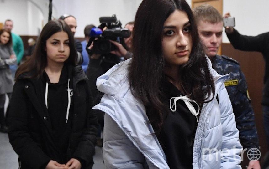 Крестина Хачатурян (справа) и Ангелина Хачатурян, обвиняемые в убийстве своего отца Михаила Хачатуряна. Фото РИА Новости