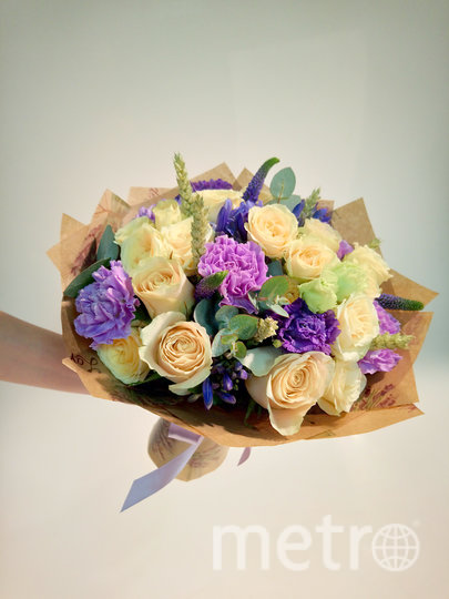 Букет из роз и гвоздик. Фото предоставлено Флорист.ру