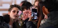 Видео, как Кристен Стюарт помогали снять туфли на премьере