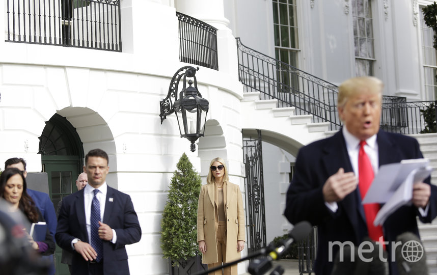 Дональд Трамп с заметками в руках. Фото AFP