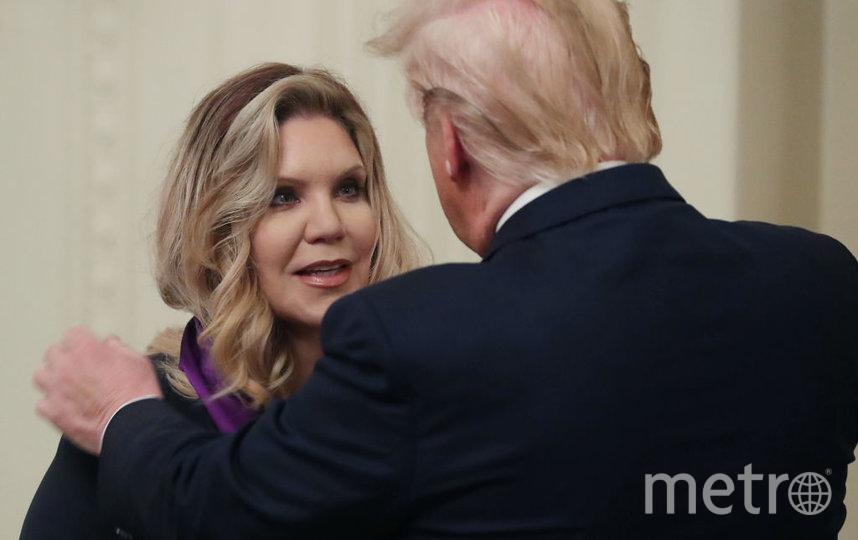 Дональд Трамп вручает National Medal of Arts-2019 музыканту Элисон Краусс. Фото Getty