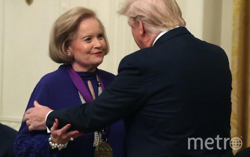 Дональд Трамп вручает National Medal of Arts-2019. Шэрон Рокфеллер. Фото Getty