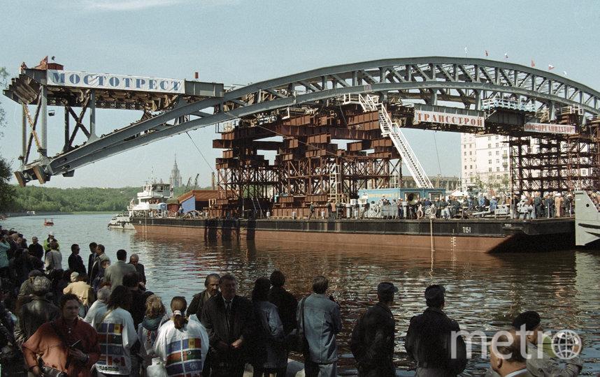 22 мая 1999 года. На переезд Андреевского моста собрались посмотреть сотни горожан. Фото Владимир Родионов, РИА Новости