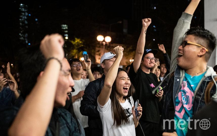 Демократы получили контроль над 17 из 18 окружных советов Гонконга. Фото AFP