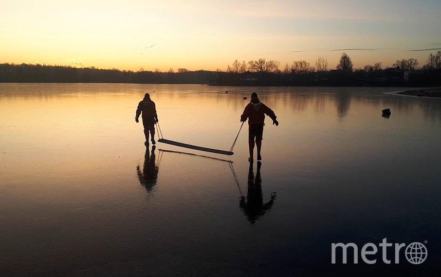 Спасатели идут по льду. Фото krasnoe_selo, vk.com