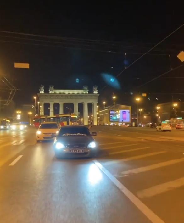 Водитель проехал по Московскому проспекту, стреляя из окна. Фото скриншот видео www.instagram.com/mansik_95