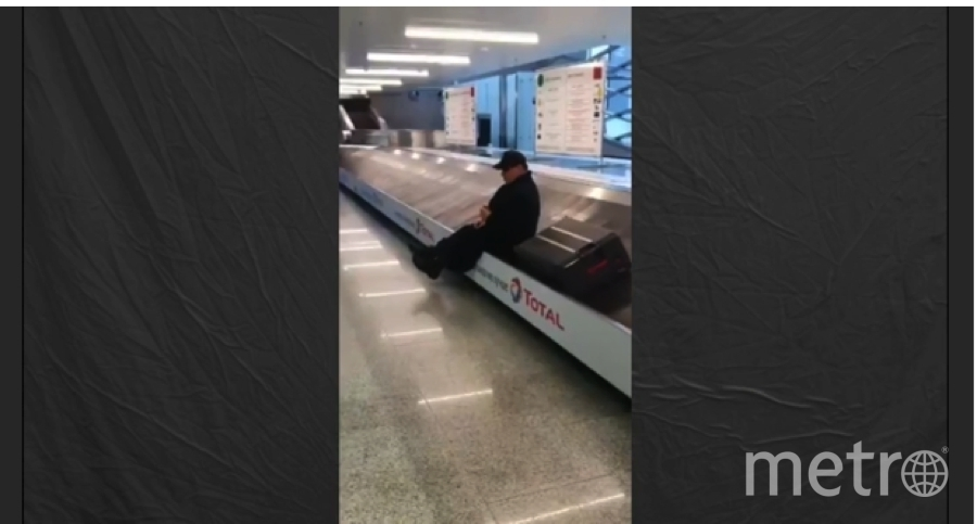 "Тиль Линдеманн катается на ленте багажа в Пулково. Фото https://www.instagram.com/till_lindemann_official/, ""Metro"""