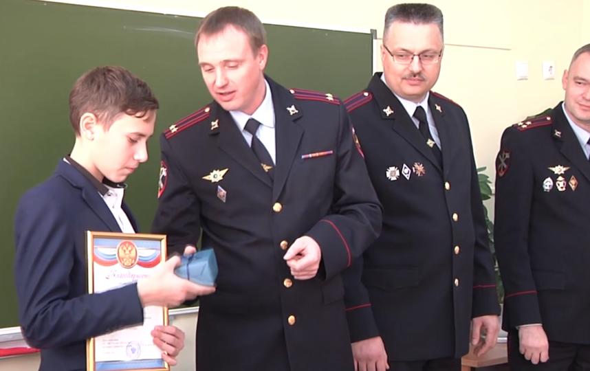 Славе вручают грамоту и подарки. Фото Скриншот видео 38.мвд.рф