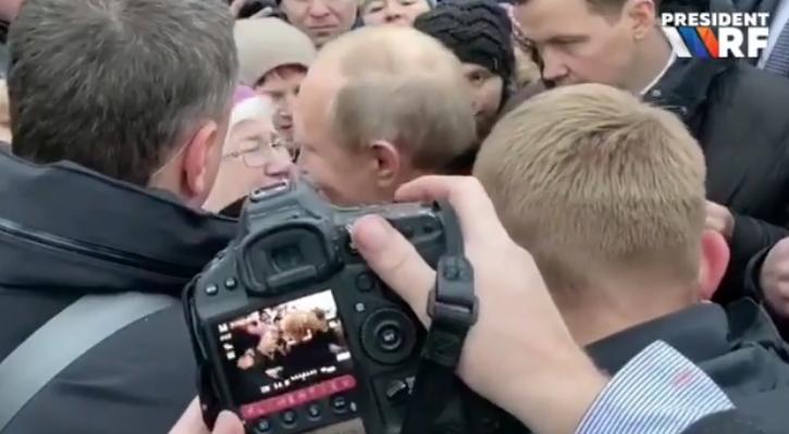 Петербурженка попросила помощи для своей дочери и обняла президента в слезах. Фото скриншот www.instagram.com/president_rf/