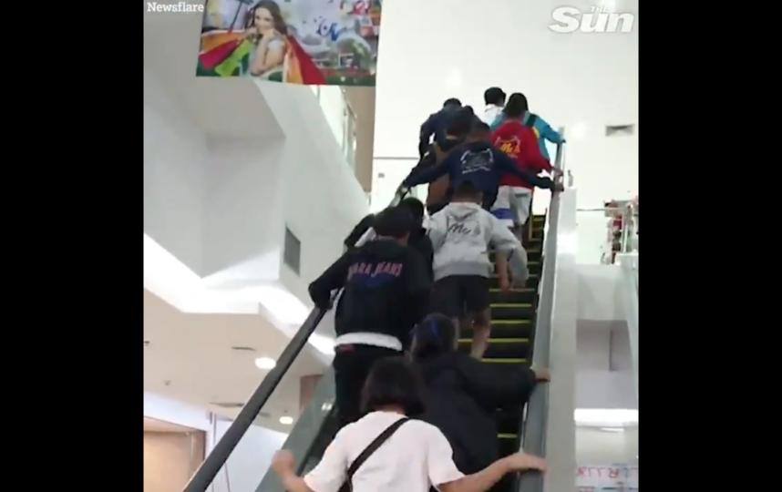 """Бегущие по эскалатору, который едет вниз, хотят быть первыми. Фото скрин-шот, """"Metro"""""""