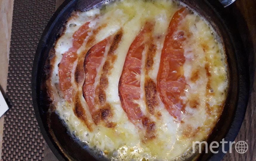 """Сулугуни, запечённый с томатами. Фото Мария Позина, """"Metro"""""""