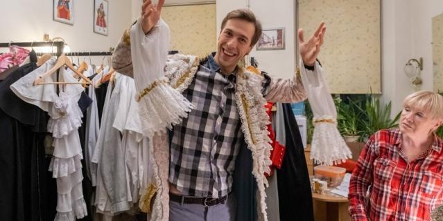 В костюмерном цехе. Александр примеряет кафтан Арлекина. Костюму уже десять лет.