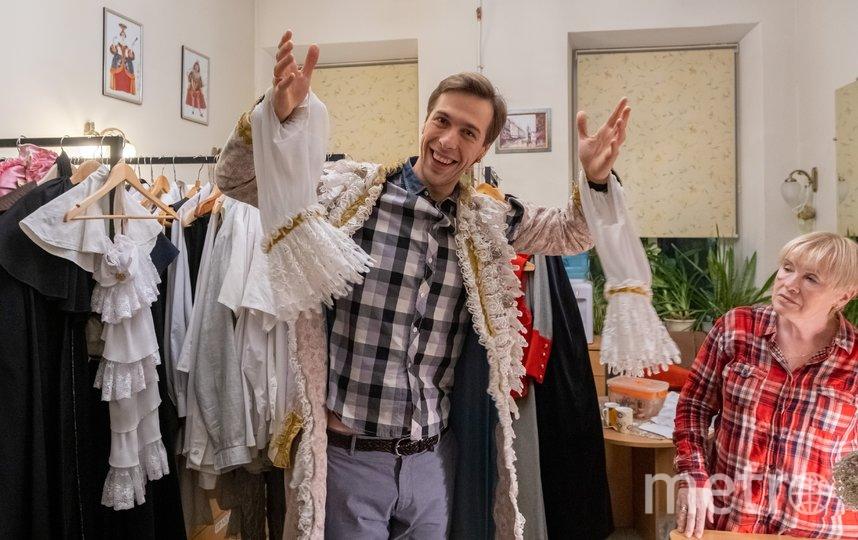 """В костюмерном цехе. Александр примеряет кафтан Арлекина. Костюму уже десять лет. Фото Алена Бобрович, """"Metro"""""""