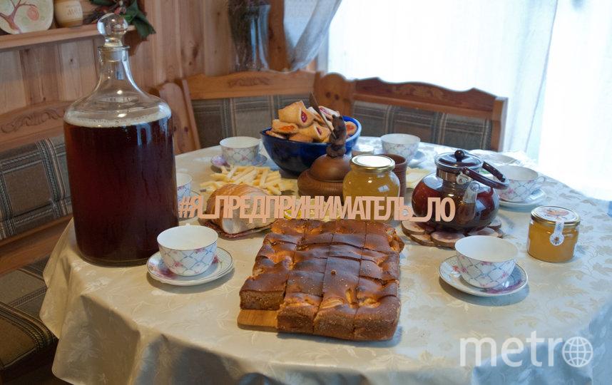 """Мёд, шарлоттка на меду и чай из трав. Фото Анна Лутченкова, """"Metro"""""""