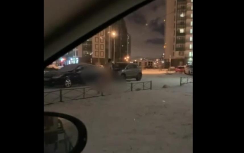 Жители Всеволожского района Ленобласти заметили голого мужчину, который бегал около дома.