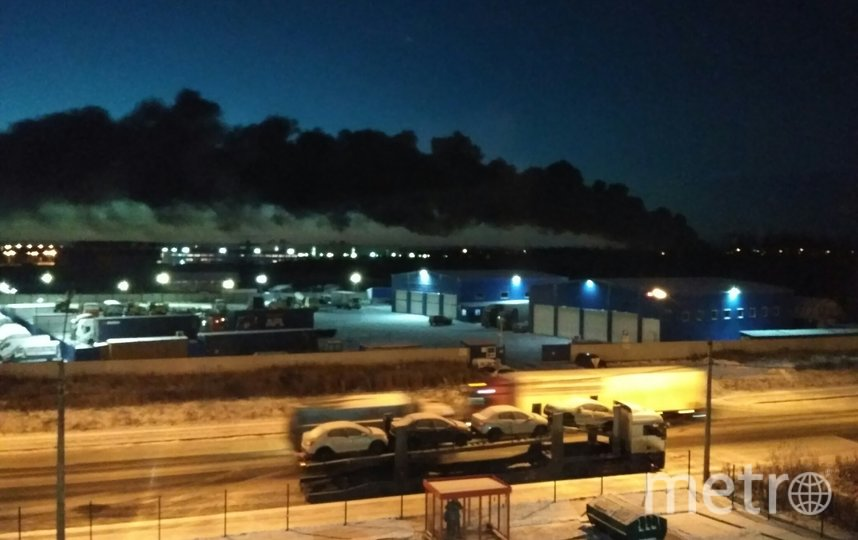 Дым от огня был виден даже в районе Колпино и Металлостроя. Фото https://vk.com/spb_today, vk.com
