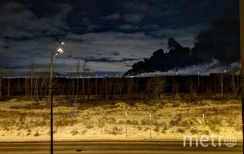 """Дым от огня был виден даже в районе Колпино и Металлостроя. Фото https://vk.com/spb_today, """"Metro"""""""