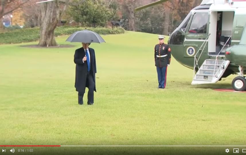 Президент не дождался жену и пошел к вертолету один. Фото https://www.youtube.com/watch?v=XNBECVOePu0, Скриншот Youtube