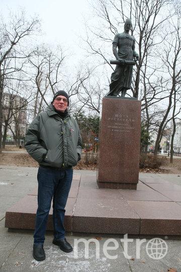 Актёр решил сфотографироваться на фоне памятника поэту Шота Руставели, который установили в год переезда актёра в Пресненский район (1966). Фото Василий Кузьмичёнок