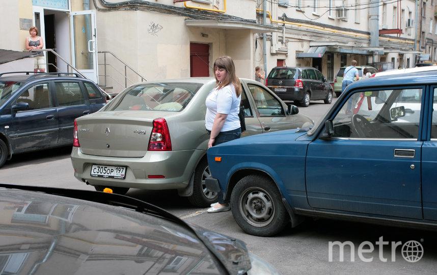 В Москве ужесточили контроль над случаями парковки на местах для пожарной спецтехники во дворах. Фото Василий Кузьмичёнок