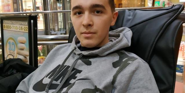 Максим, таксист, 27 лет.