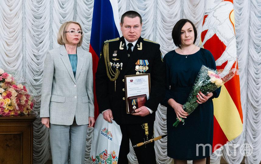 Награждение, родители Димы (мама – справа). Фото pravmin74.ru