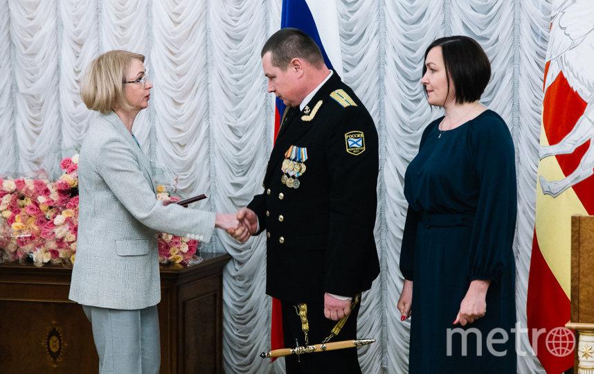 Награждение, родители Дмитрия Новосёлова. Фото pravmin74.ru