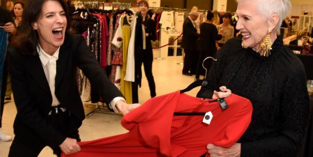 Мать Илона Маска приняла участие в церемонии открытия магазина.