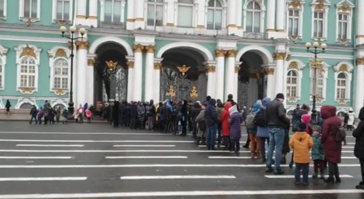 Очередь из желающих попасть бесплатно в Эрмитаж растянулась по всей Дворцовой. Фото скриншот www.instagram.com/p/B5xCmsRBRUb/
