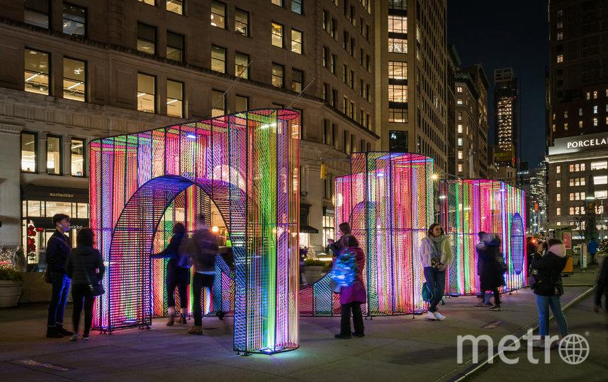 Перед зданием Flatiron в Нью-Йорке в преддверии Рождества появилась красочная художественная инсталляция. Фото CAMERON BLAYLOCKT