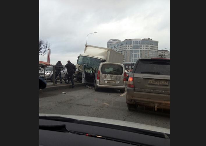Массовое ДТП на Свердловской набережной. Фото https://vk.com/spb_today