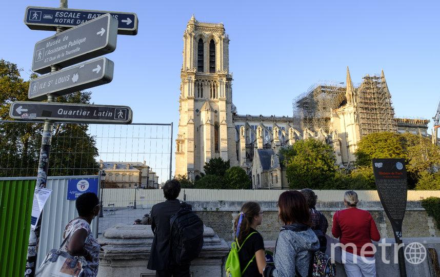 Сейчас Нотр-Дам де Пари и его эспланада окружены большим бетонным забором и решётками. Фото Getty