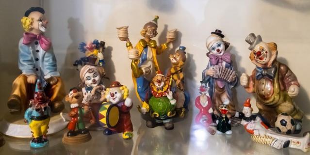 В фойе театра хранится коллекция клоунов Юрия Гальцева.