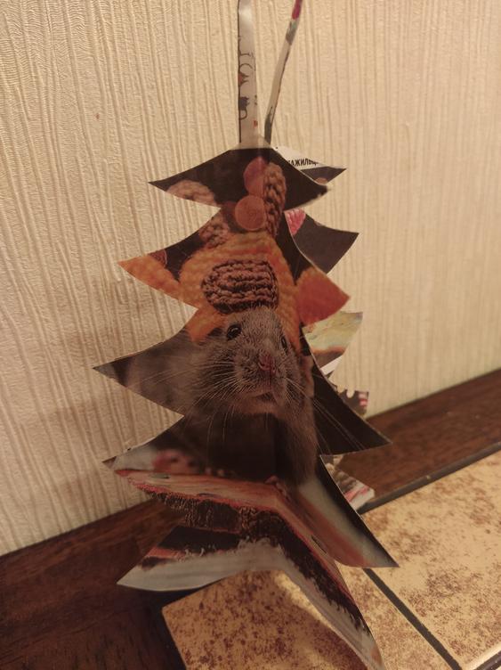 """Елена Чайкова сделала целую коллекцию игрушек из нашей газеты – трёхмерную ёлочку, мини-фонарик и снеговик. Фото Елена, """"Metro"""""""