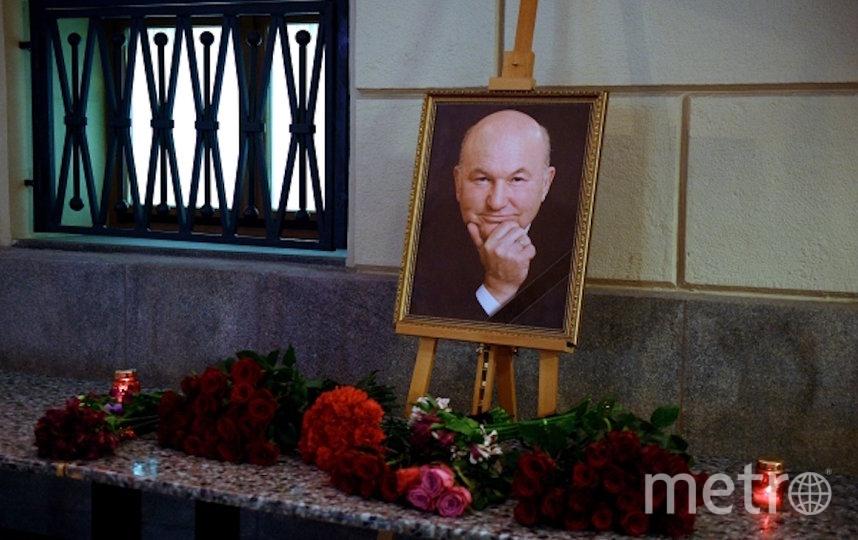 Цветы у здания мэрии в память о Юрии Лужкове. Фото РИА Новости